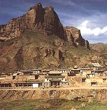 Mouvements/Droits de l'Homme: Drapeaux et portrait du Dalaï Lama hissés sur le monastère de Ragya 111124_1564_Ragya-eacbf